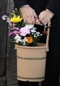 お供えの花と手桶